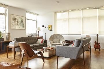 Sofás de Jeffrey Bernett e NIcholas Dodziuk, mesa da Micasa e luminária de John Derian em apartamento de 230 m², da arquiteta Laura Gonzales e do marido Philippe Emmanuel Petalas.
