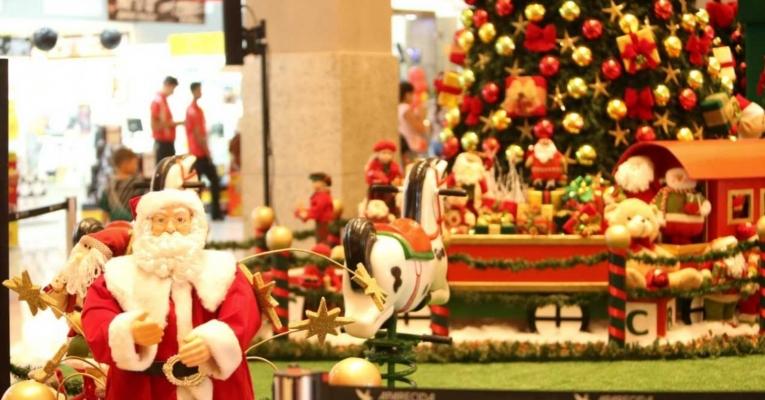 Decoração de Natal em shoppings tem chegada do Papai Noel, vila de ursos, floresta de esquilos e tobogã, na Grande Goiânia